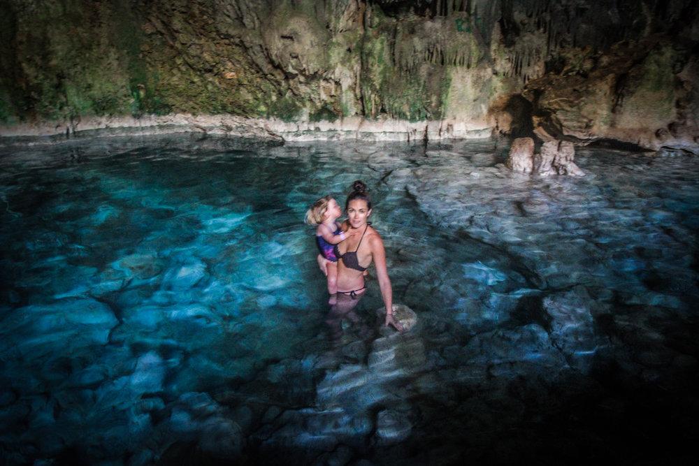 Blauw water in grot