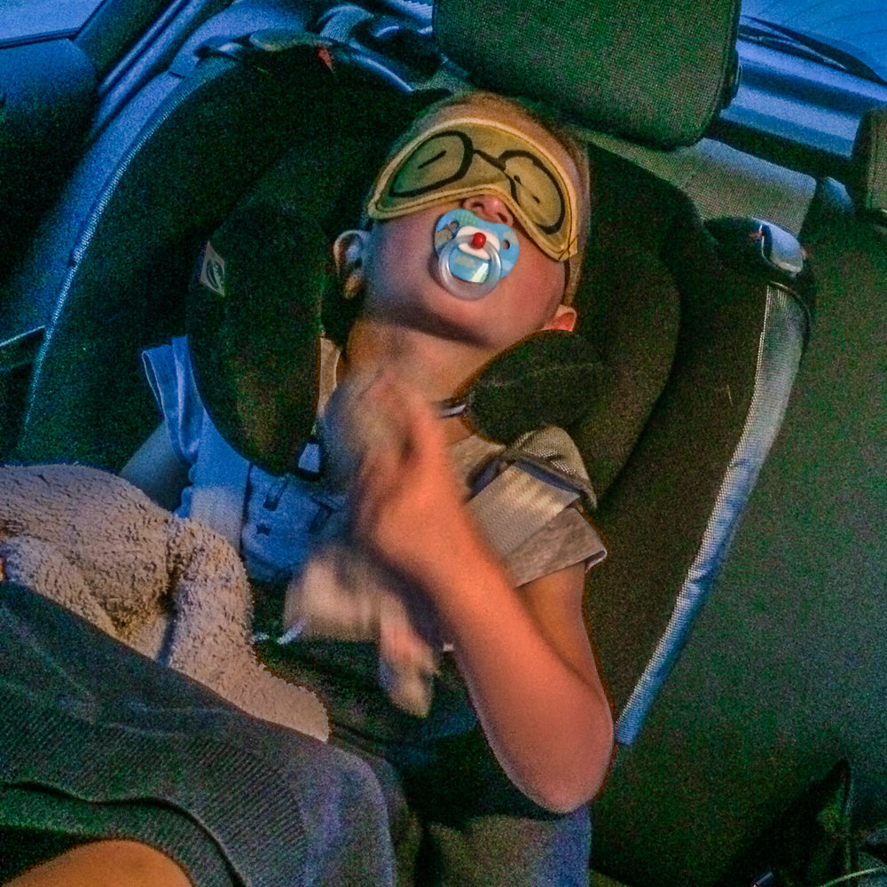 Autorit met kinderen slapen in de auto