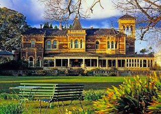 Ripponlea is one of Melbourne's greatest grand houses and looks fantastic in the afternoon sun.  #melbourne #melbournelife #melbournecity #melbournelocals #architecture #grand #house #estate #ripponlea #beautiful #history #historic #culture #travel #wanderlust