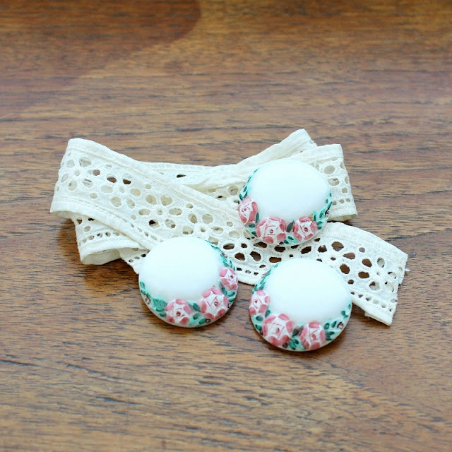 vintage lace and buttons - paperiaarre.com