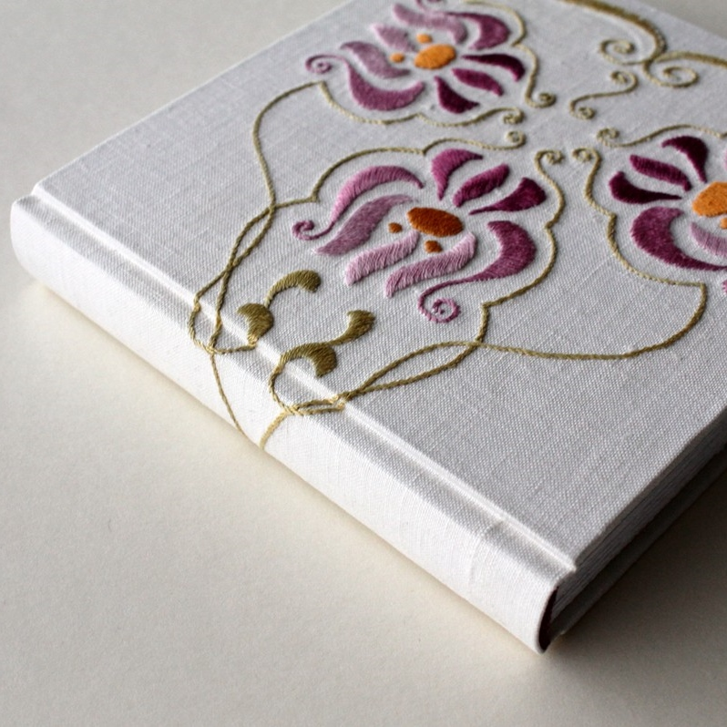 Floral journal made from a repurposed vintage tablecloth. Handmade by Kaija Rantakari, 2014 / paperiaarre.com