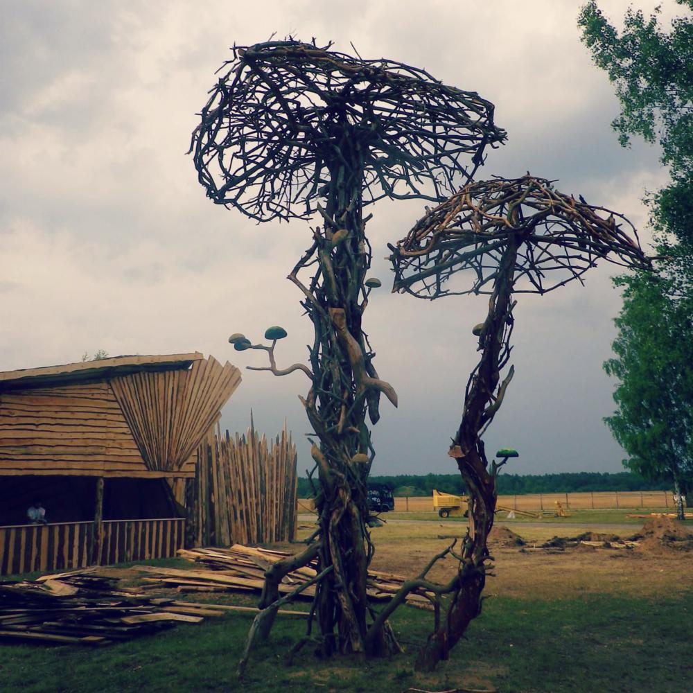 Landart - Fint är att föreställa sig en skog som sakta men säkert växer vidare till en grön och grenig skulpturpark med åren. I vår vill vi försöka sätta sprätt i denna vision...