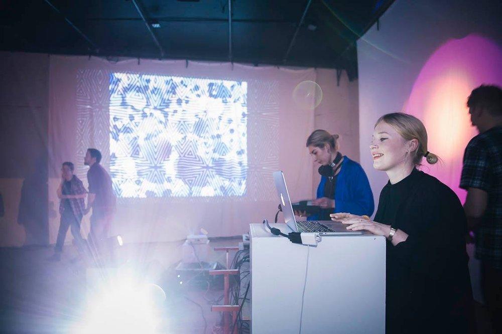 Studiokalejdo - STUDIOKALEJDO är en feministisk konst- och vj-duo som undersöker gränslandet mellan det auditiva och det visuella. De blandar dansant elektro/new wave/synth med lågupplösta projektioner och glitch!