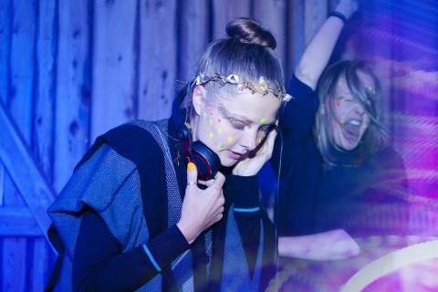 DJ Livsfarligt - Kanalen är rytmen, konsekvensen är dansen, tillståndet är maniskt, känslan är euforisk, samspelet är oundvikligt, lusten är bubblande, tankarna är hybriska, kärleken är ofrånkomlig, rädslorna är lämnande, pulsen är basgången, mötena är lockade, svetten är genomvätande, musiken är allt.