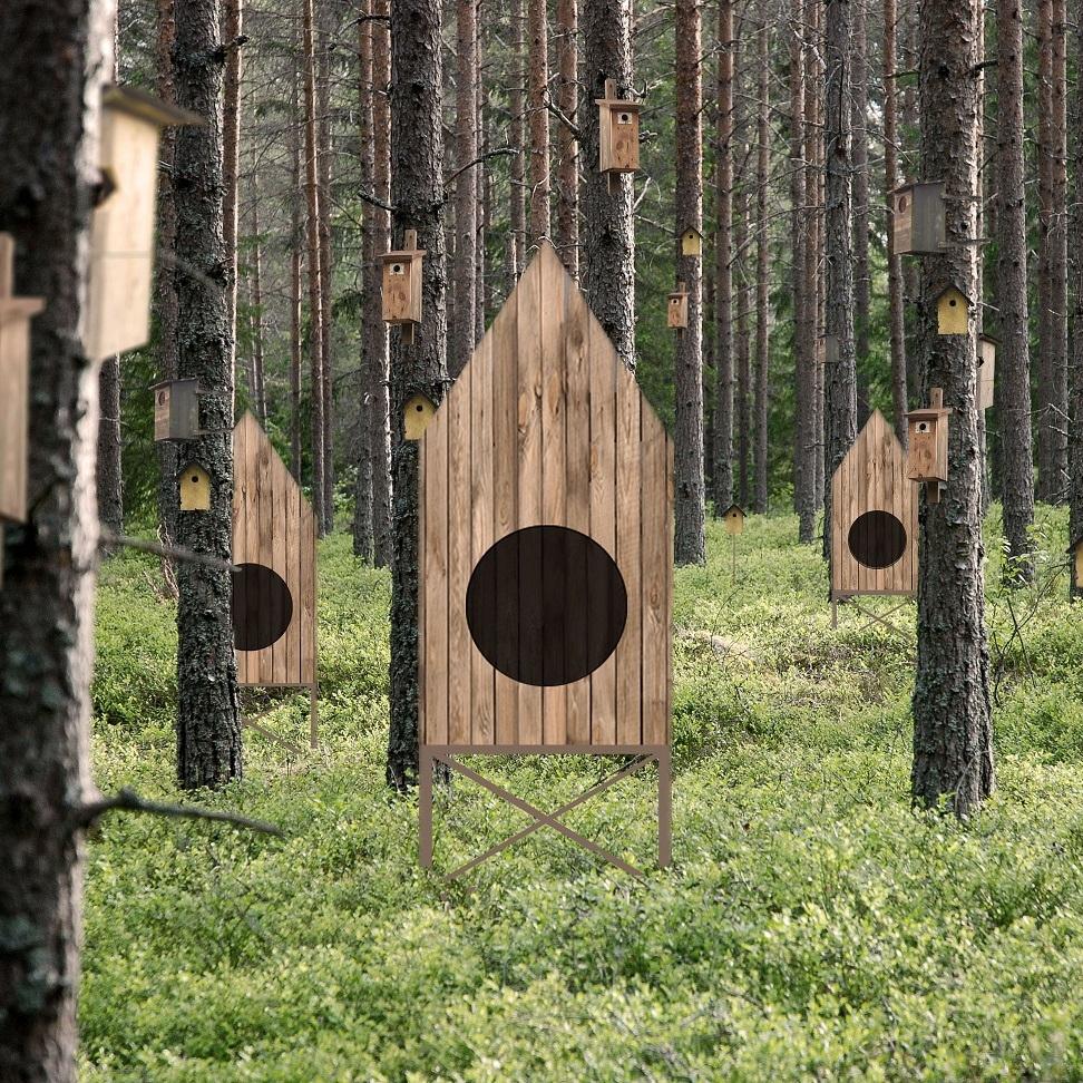 Fågelholkstad - År 2017 får Skogsfesten en egen city skyline. Här kommer fågelholkar, fågelholkar i massvis! Kalaskvittrande och fritt flaxande hälsar vi Matilda Ahlbäck välkommen...