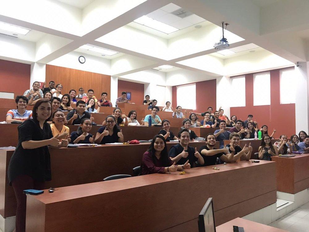 """Profesora Carolina Rovira, junto con sus alumnas y alumnos de segundo año durante la charla """"¿Cómo escribir un libro?"""" dictada por el abogado Herman Duarte"""