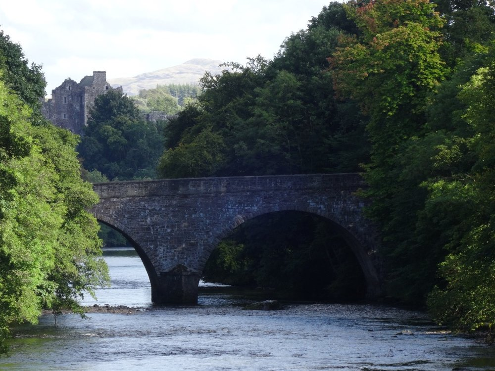 A nice picture of the famous bridge and Castle in the background.
