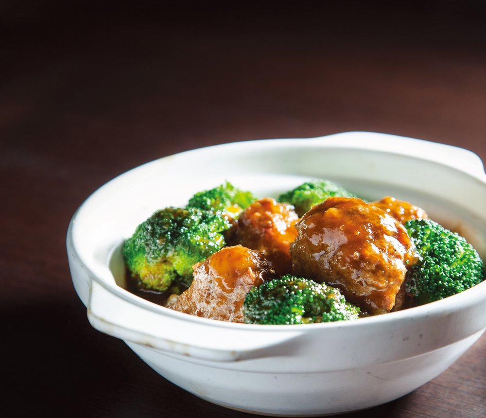 Braised beef balls with broccoli in marmite