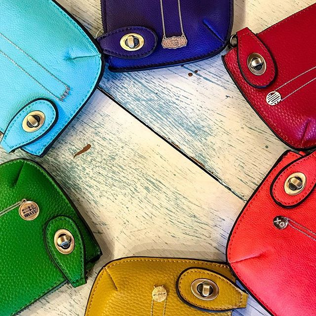 These new clutch colors sure are happy!!! #adorable #horafeliz #summer #toocute #purseaddict #happyhumpday