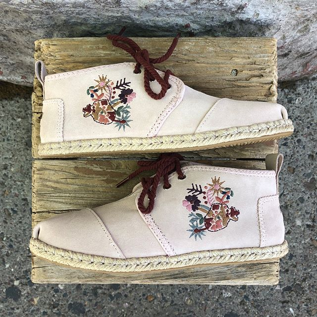 Ummm excuse me?! Cutest shoes ever! #toms #floral #sundayfunday #🌸