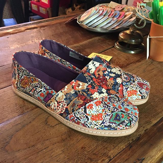 New Toms with an exciting summery feel☀️🌈 In love with the flowery patterns💓