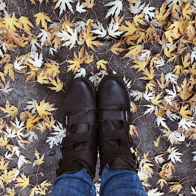 Warm boots, fall leaves, and a crisp breeze 🍂