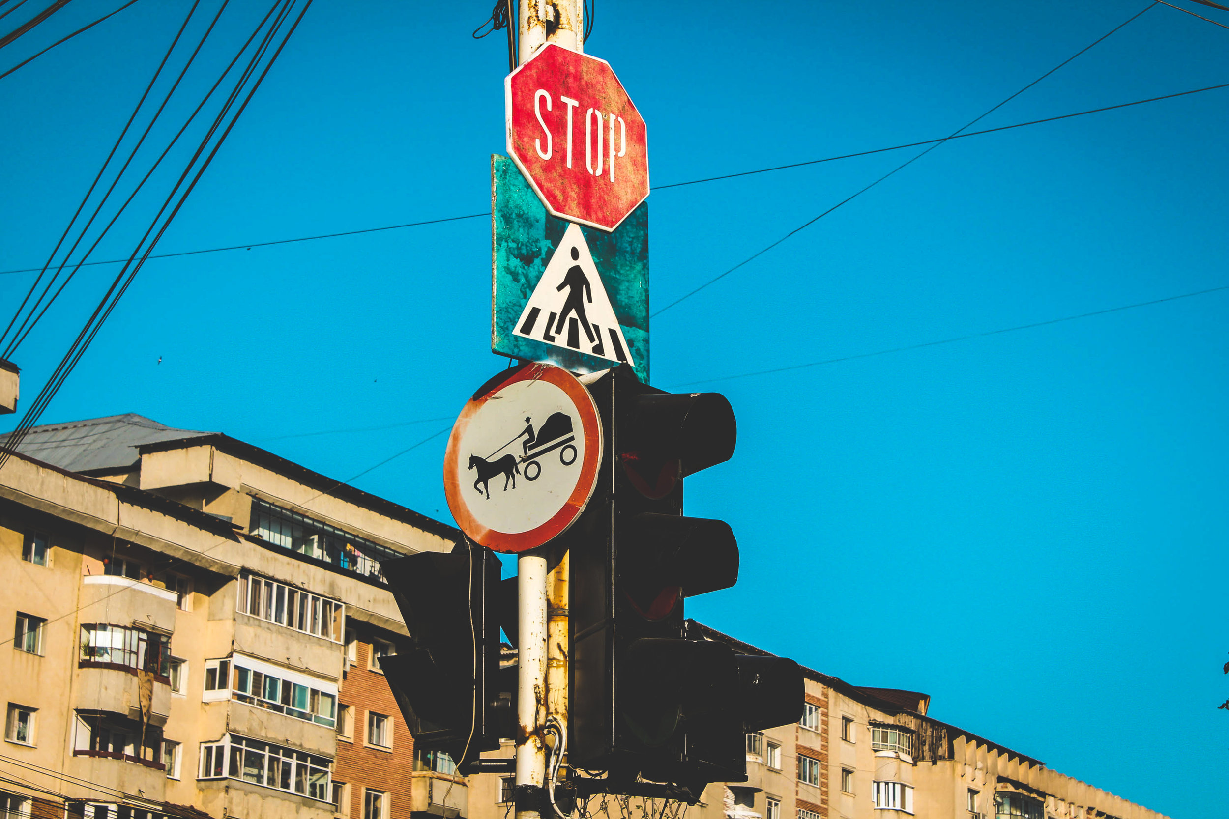 Un panneau au coin d'un carrefour en Roumanie. Crédit: Carine Guillaud.