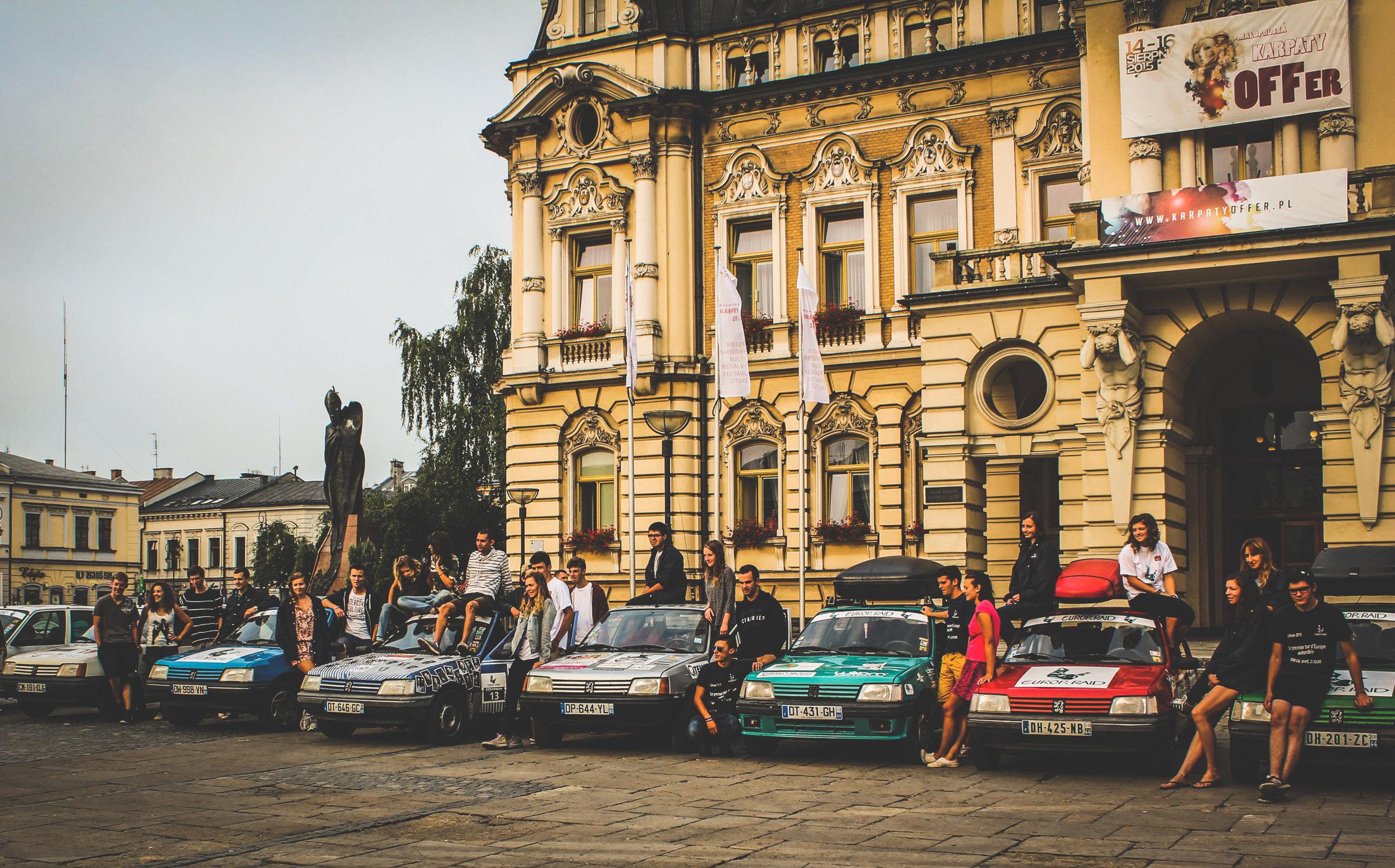 Devant la mairie de la ville qui accueillait les participants, Nowy Sacz, Pologne.