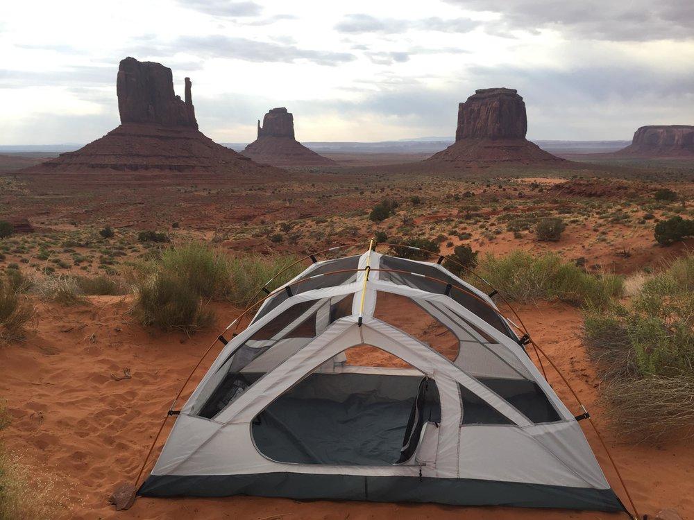 La tente de Gaëlle et Noëmie au milieu de Monument Valley.