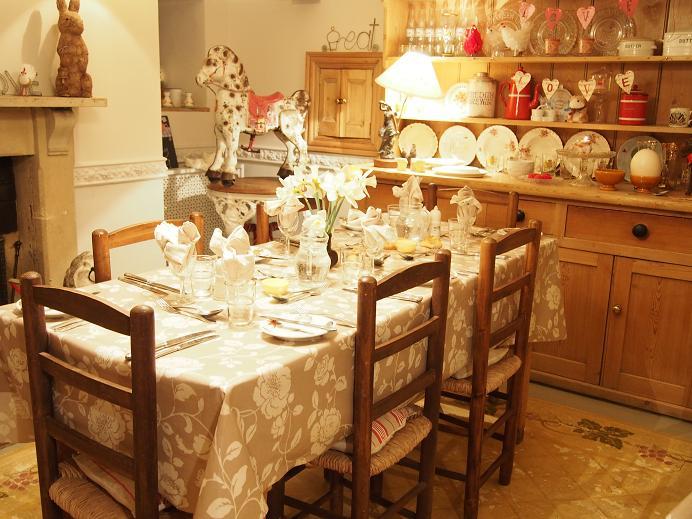 kiniro-mosaic-dining-room