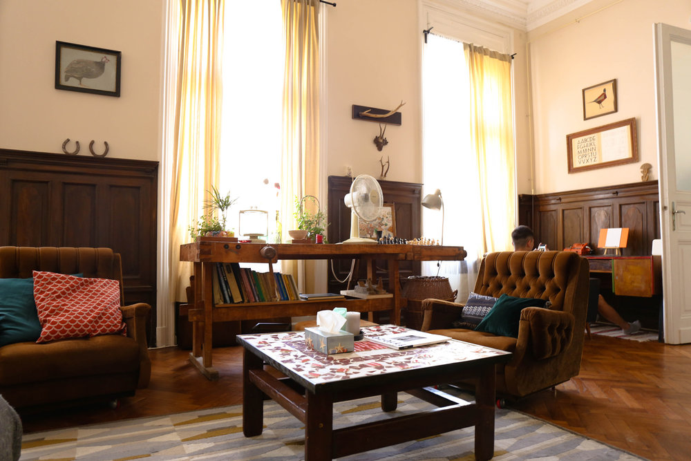 Budapest cozy chic airbnb: Lounding space