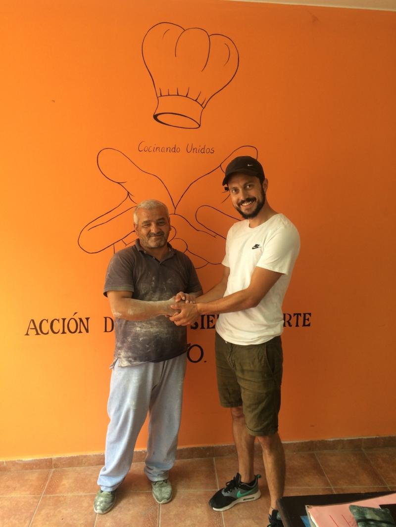 """Ahmed im Büro von """"Acción Directa Sierra Norte"""" - seinem neuen Arbeitgeber."""