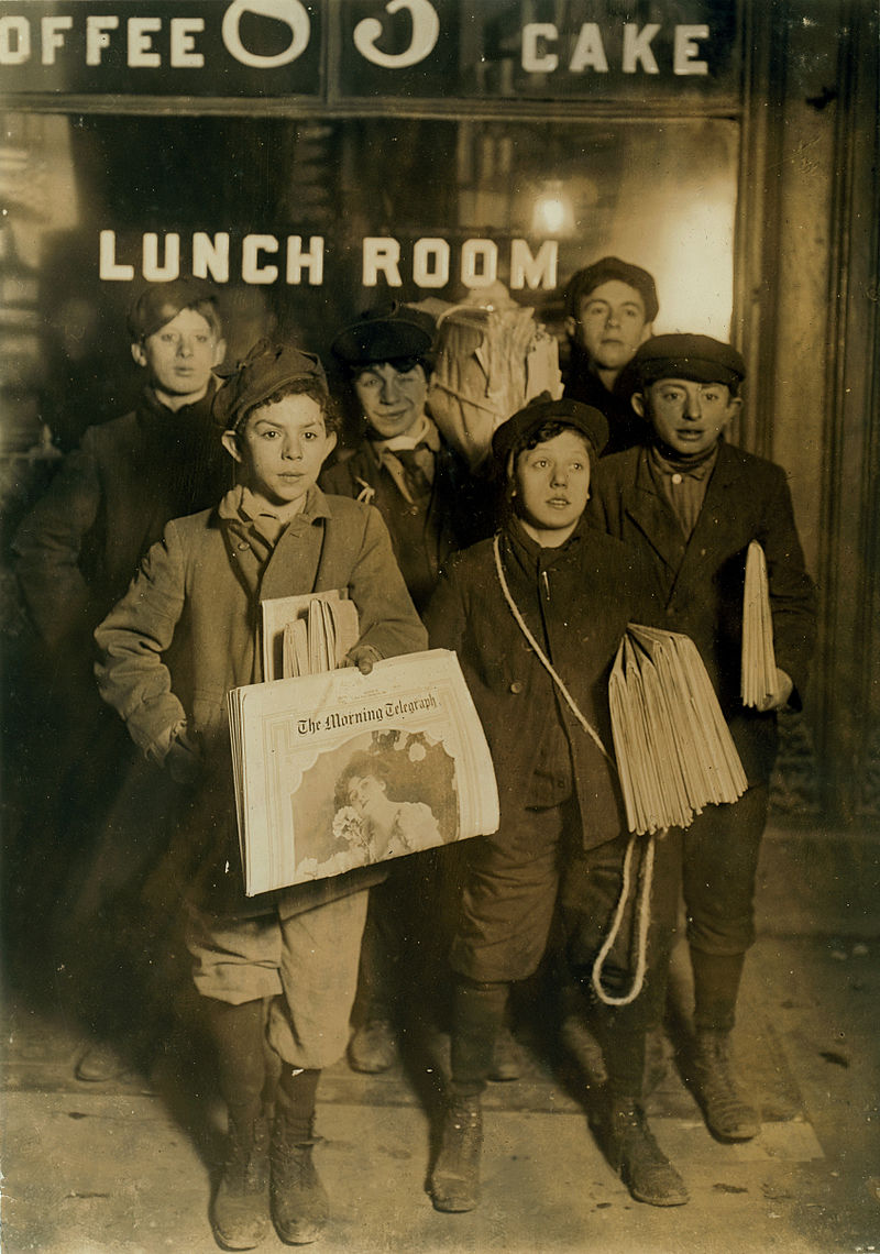 800px-February_23rd_1908_Boys_Selling_Newspapers_on_Brooklyn_Bridge.jpg