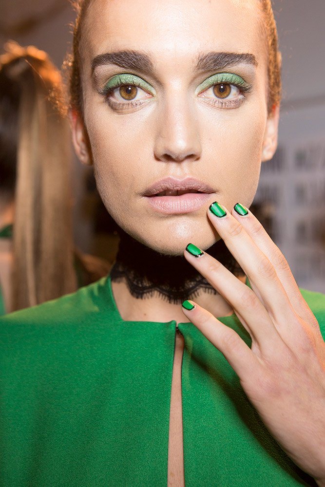 roksanda-spring-2018-beauty-emerald-green-eyeshadow-nude-lips.jpg