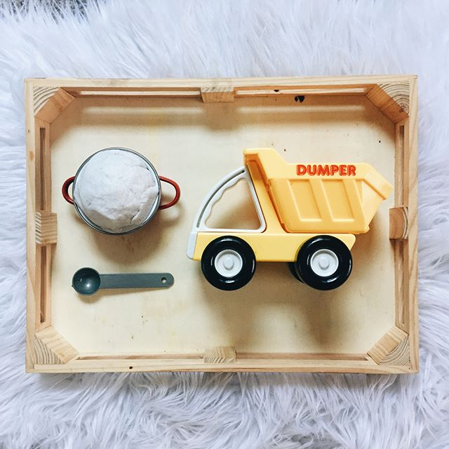 Cruising into the weekend! 🚚 We love a good kinetic sand setup! Sometimes a basic activity can be made more interesting by adding unique materials (like the dump truck we used in this transfer activity). ✨ Share some of your favorite transfer activity ideas with us below! • • • #dumptrucks #vintagetoytruck #kineticsands #toddleractivites #babyactivity #transferactivity #montessoriactivities