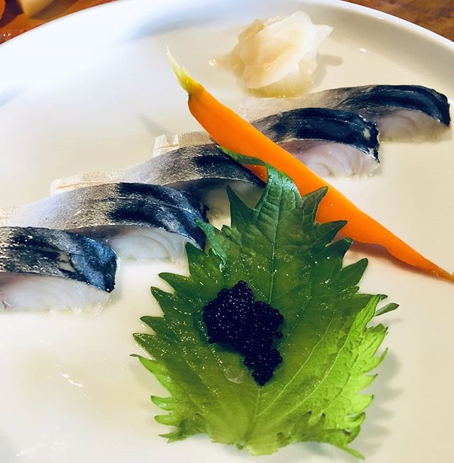 🐟 Shiso marinated #saba with sea salt 😍 Garnished with #tobiko and japanese mint 👌🔥 #simplydelicious #izakaya #sashimi #shinmaioakland #uptownoakland