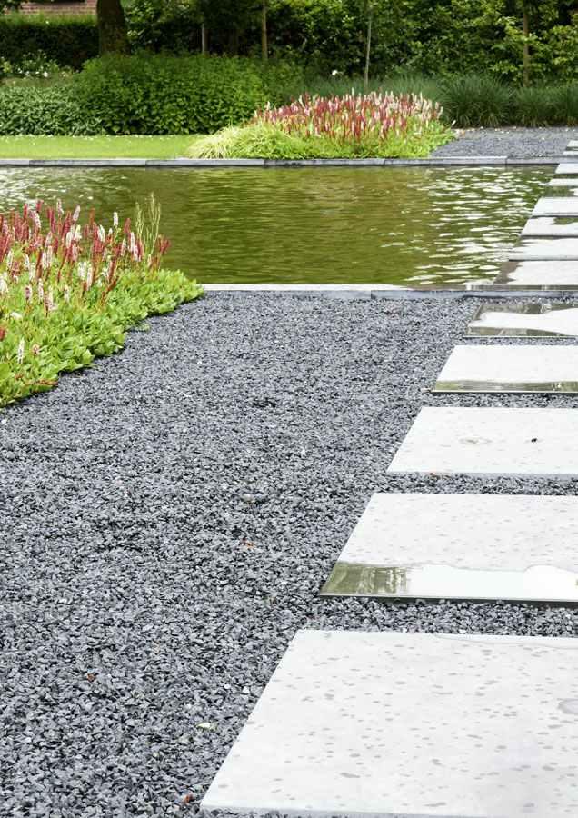 aménagement-jardin-moderne-plaque-carrées-gravier-bassin.jpg