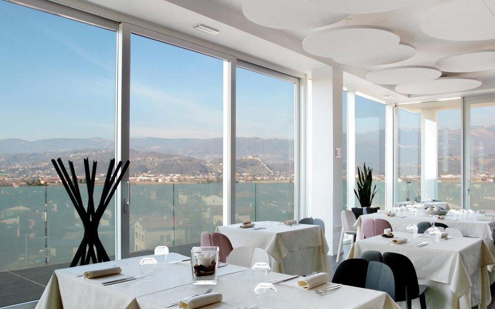 La sala ristorante di Momi restaurant, con le ampie vetrate che si aprono sul Castello di Marostica.
