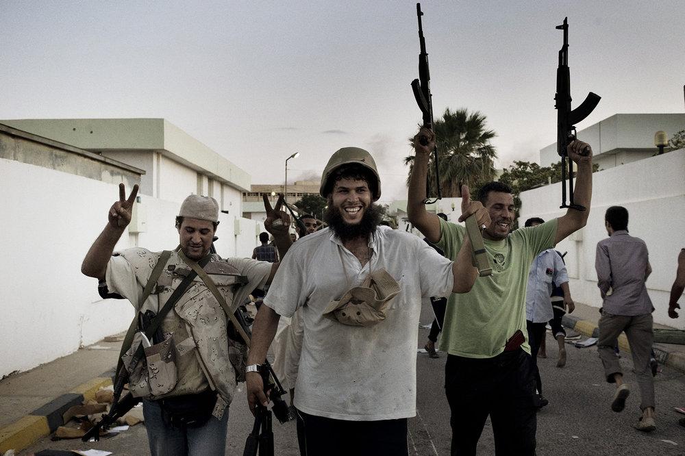 Rebels †inside the Bab al-Aziziya compound †looting guns
