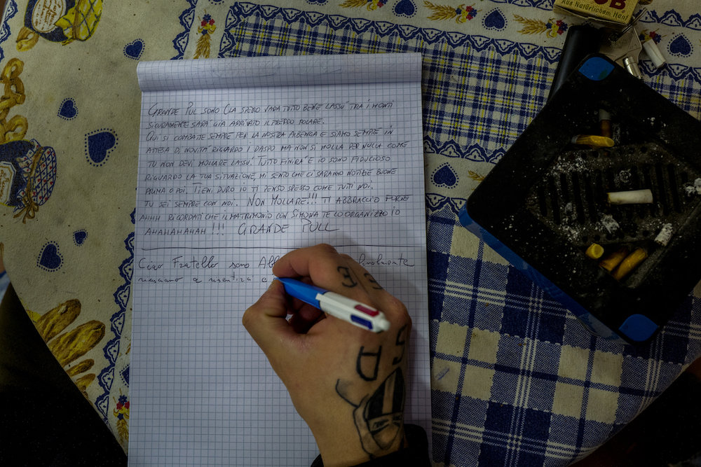 Alberto is writing a letter to Pul, a friend from the group who is now in prison, accused for armed robbery.