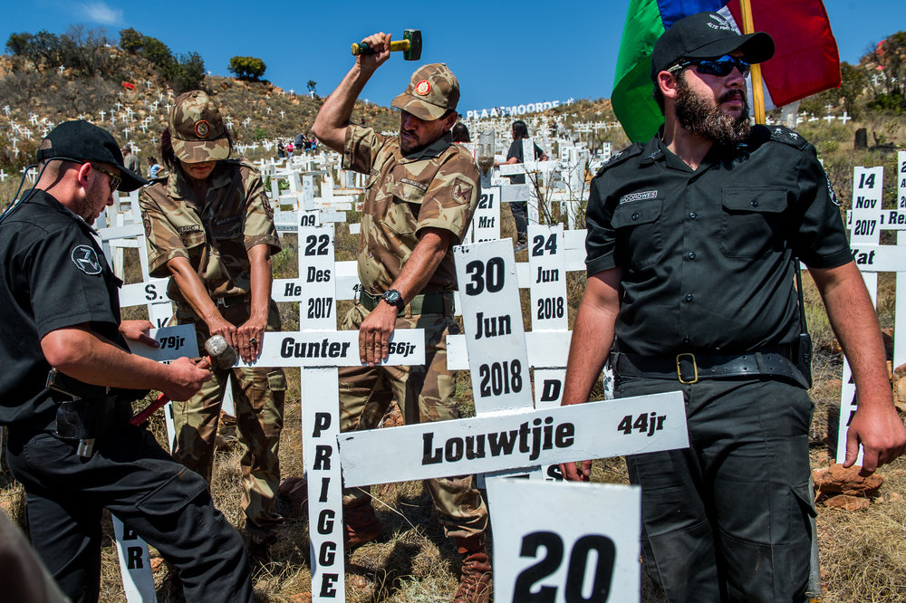 South Africa, Ysterberg, 01.09.2018 // Members of the Afrikaner Weerstandsbeweging place crosses for murdered white farmers in South Africa. Right-winged Afrikaners believe South Africa is on the brink or already in the process of a genocide against the white minority. According to the South African Police, 74 farmers were killed in 2017/2018. However, this number contrasts with 19'016 homicides in South Africa in 2017. // Lucas Bäuml