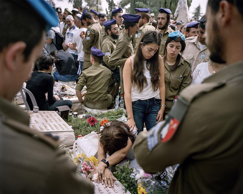 1. Mai 2017. Jerusalem, Israel. Gedenktag an die gefallenen israelischen Soldaten und Opfer des Terrorismus Jom haSikaron auf dem Soldatenfriedhof am Herzlberg. Eine Woche vor Jom haSikaron findet der Tag des Gedenkens an Holocaust und Heldentum Jom haSho'a statt. Somit ist alljaehrlich eine Woche von Trauer und Gedenken gepraegt, die ueber Nacht in Freude uebergehen: Der Unabhaengigkeitstag Jom haAtzma'ut wird am Tag nach Jom haSikaron gefeiert.Engl.: May 1, 2017. Jerusalem, Israel. Memorial Day for the Fallen Soldiers of Israel and Victims of Terrorism, Yom Hazikaron at the military cemetery on Mount Herzl. One week before Yom Hazikaron is the Memorial Day for the Holocaust and Heroism, Yom HaShoah. Thus, one week of every year is influenced by mourning and contemplation, which then turn to pleasure overnight: The Day of Independence Yom Ha'atzmaut is celebrated on the day after Yom Hazikaron.