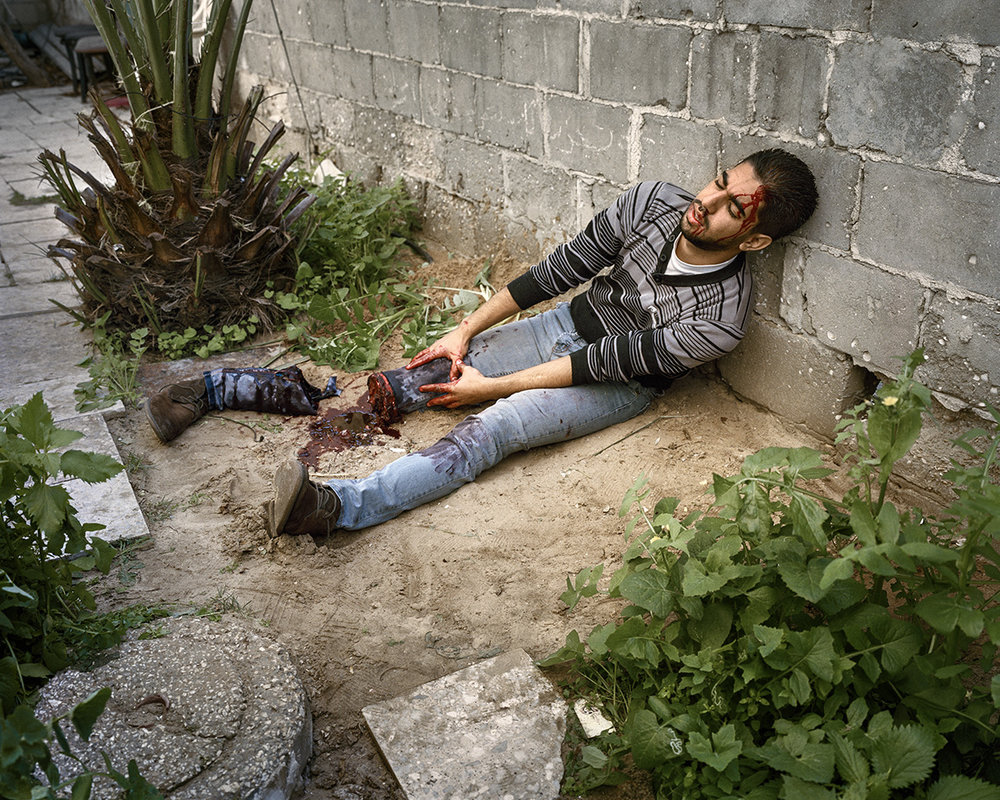 13. Januar 2016. Gaza-Stadt, Gazastreifen. Der Kuenstler Abed al-Baset stellt im Hinterhof seines Hauses ein Kriegsopfer dar.Engl.: January 13, 2016. Gaza City, Gaza Strip. The artist Abed al-Baset paints a war victim in the backyard of his home.