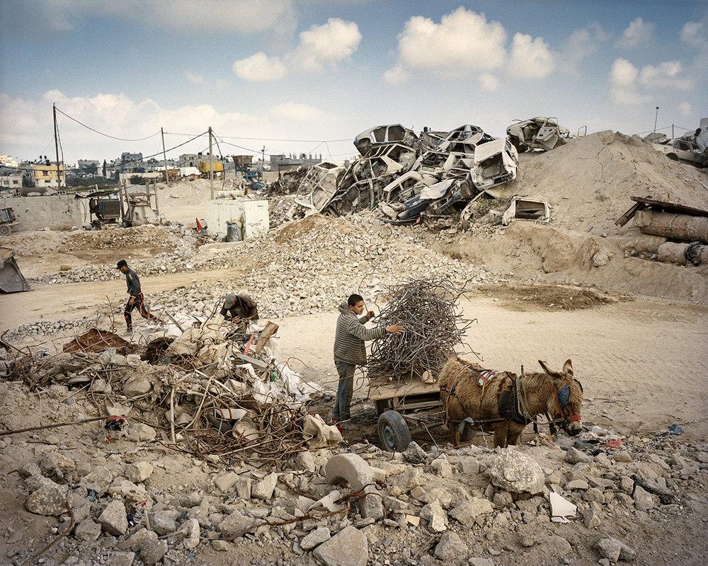 8. Maerz 2017. Gaza-Stadt, Shejaiya, Gazastreifen. Am Rand von Shejaiya, nahe am geschlossenen Nahal-Oz-Grenzübergang zu Israel, befindet sich eine Industriezone, wo Schutt zu Kies und Sand gemahlen wird. Metall aus den Betonelementen wird gesammelt und wiederverwendet. Der Schutt stammt zum Teil noch aus dem letzten Gaza-Krieg 2014. Kurz nach dem Krieg lief die Anlage auf Hochtouren. Baumaterialien sind infolge der israelischen und aegyptischen Einfuhrkontrollen im Gazastreifen ein wertvolles Gut.Engl.: March 8, 2017. Gaza City, Shejaiya, Gaza Strip. On the fringes of Shejaiya, near the closed Nahal-Oz border crossing to Israel, is an industrial zone where rubble is ground to gravel and sand. Metal is gathered from the concrete bits and recycled. Some of the rubble is still from the last Gaza War in 2014. Shortly after the war, the facility operated at full speed. Building materials are valuable commodities as a result of import controls imposed by Israel and Egypt in the Gaza Strip.