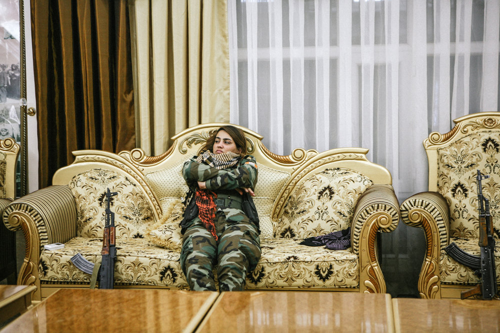 In a baroque room of the PAK headquarters, the young fighter Mani is getting bored. In one hour, she will be on the road to the Mosul offensive. Erbil, Iraq, October 2016.