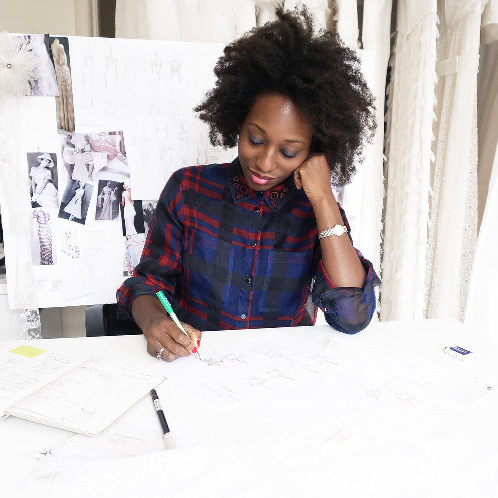 A propos - Installée au coeur de Bruxelles, Valentine Avoh propose des robes de mariées légères, raffinées et ludiques dans un esprit Haute Couture, mêlant détails surprenants et coupes intemporelles.Diplômée en stylisme et modélisme du London College of Fashion, la créatrice belge a travaillé plus de 10 ans au sein de prestigieuses maisons internationales, telles qu'Alexander McQueen, Alexis Mabille et San Andrès Milano. C'est suite à la réalisation de sa première robe de mariée en 2009 qu'elle tombe amoureuse de ce processus encore artisanal. Cinq ans plus tard, elle lance sa propre marque et ouvre ensuite, en 2017, son atelier bruxellois où elle crée chaque pièce à la manière des grand couturiers.Du glamour fatal de Rita Hayworth à la sensualité mystérieuse de Marlène Dietrich, son univers est un mélange de références cinématographiques et musicales. Les chansons de Billie Holiday et d'Ella Fitzgerald distillent leur charme dans les créations de Valentine. La dimension intime de la robe de mariée et le dialogue continu avec ses clientes passionnent la créatrice, qui reçoit elle-même chaque femme et élabore sa robe avec elle. Le temps qu'elle consacre aux désirs de sa clientèle rend sa démarche créative, unique et intime.
