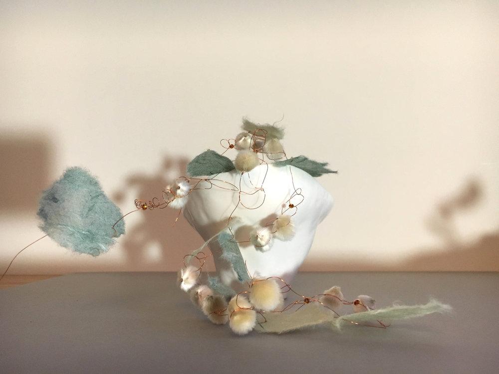 Papierstickerei mit Weidekätzchen und Porzellan.jpg