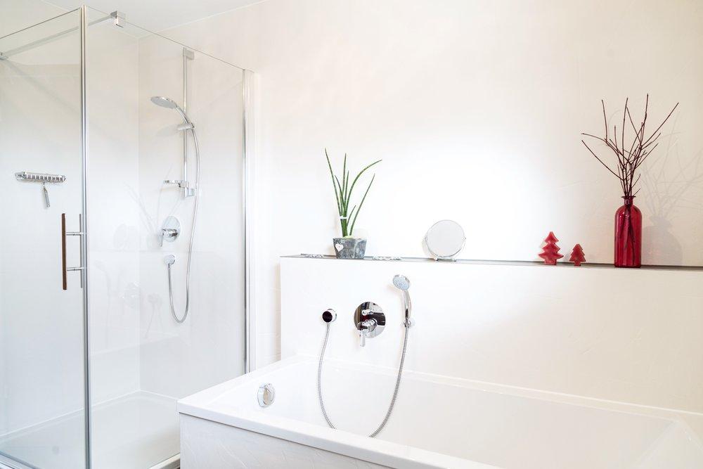 Designputz - Badrenovierung OHNE Schmutz: Putz auf Fliesen.Der wasserfeste Designputz auf Fliesen verleiht dem Bad ohne Staub und Dreck ein komplett neues Gesicht.