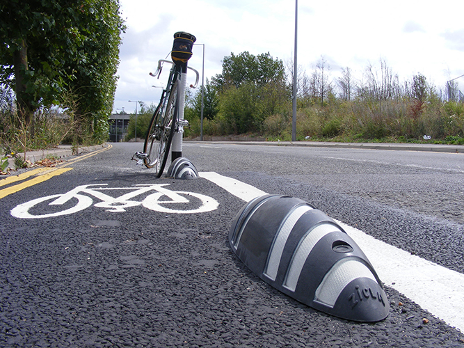 CYCLE LANE DELINEATORS
