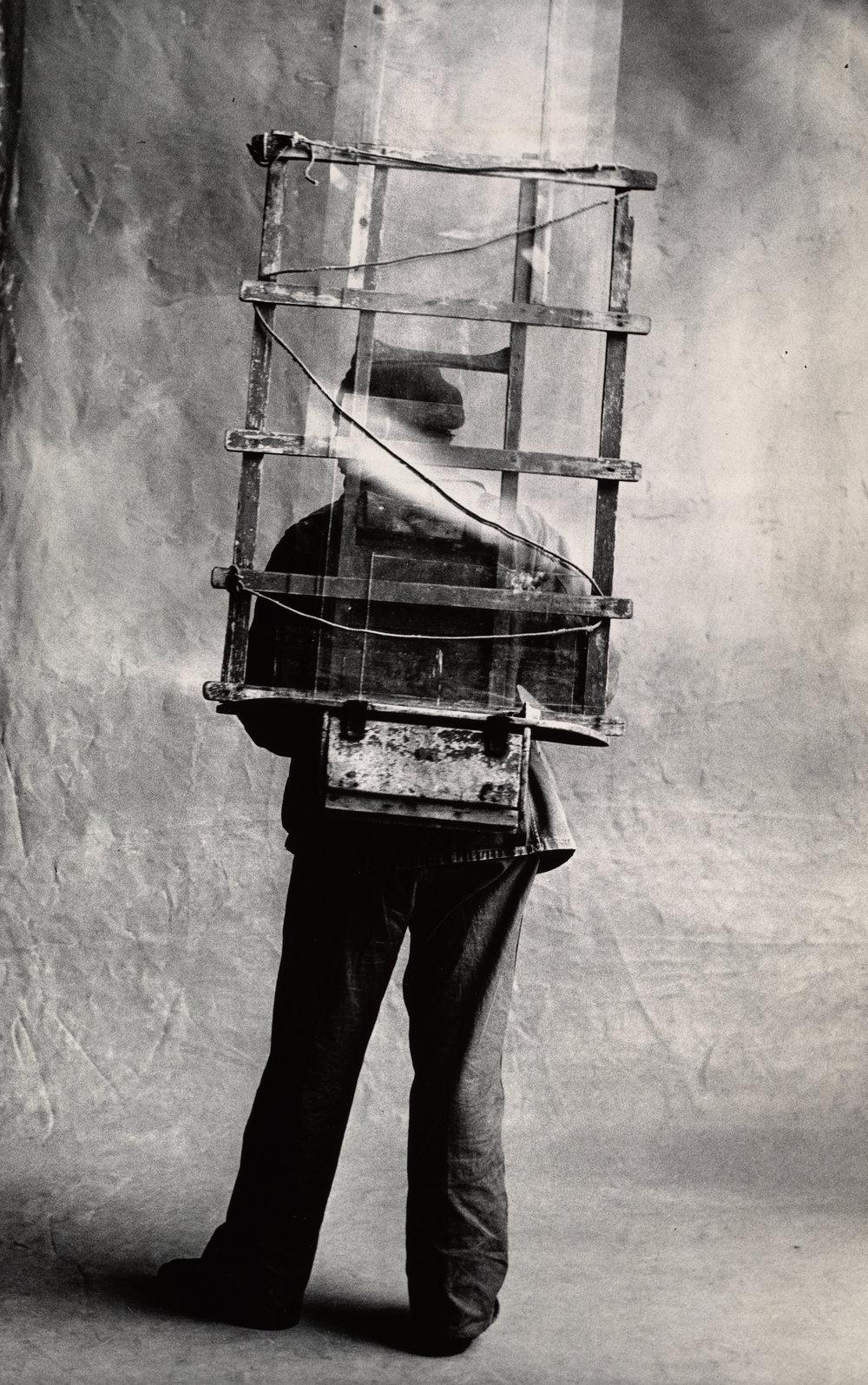 Vitrier , Paris, 1950 [Glazier] Gelatin silver print © Condé Nast (Fr.)