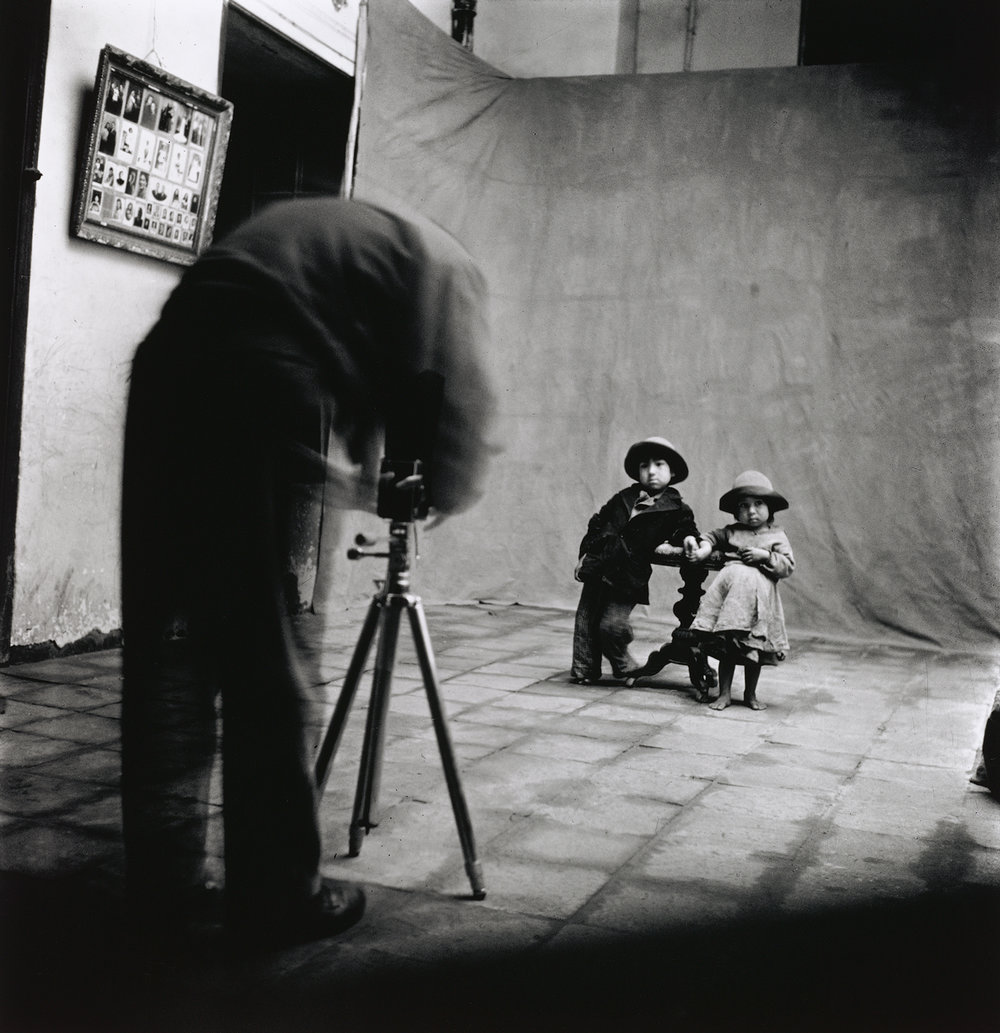 Unknown photographer, Irving Penn at work in Cuzco, 1948. © The Irving Penn Foundation