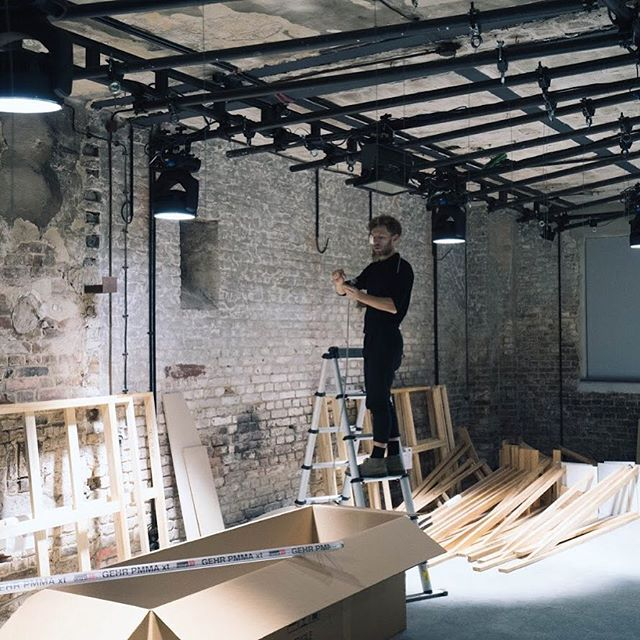 @prsmc setting up his light installation - only 4 days left 🚀🚀🚀 #scopes #scopesberlin #scopesdrivenbyporsche #dreaminc #porsche