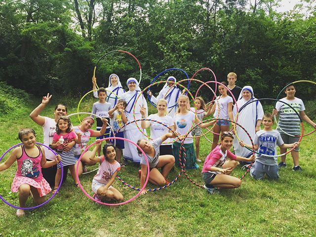 Ahoj from Czech Republic summer camp with #missionariesofcharity ❤️🙏⭕️🎉🇨🇿 . . . #hoolaforhappiness #spreadjoy @nanyhoopslife @revunka @ccaricato #joytotheworld #nuns #danceministry #danceforfreedom #hoopdance #hoopersofinstagram #motherteresa #stteresaofcalcutta #dosmallthingswithgreatlove 💓💓💓