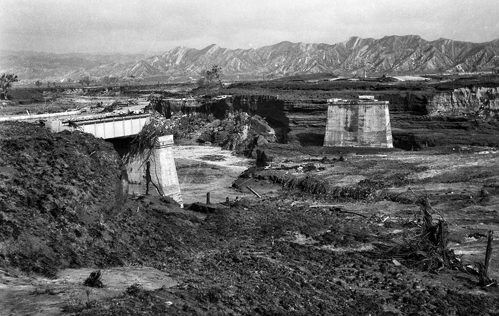 THE REMAINS OF THE DAM IN TWO PHOTOS THAT WERE TAKEN AFTER THE DISASTER OCCURRED