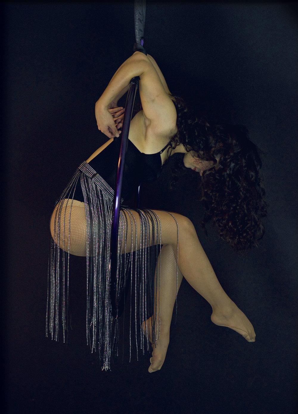 Wrara Plesoiu aerial hoop hanging pose