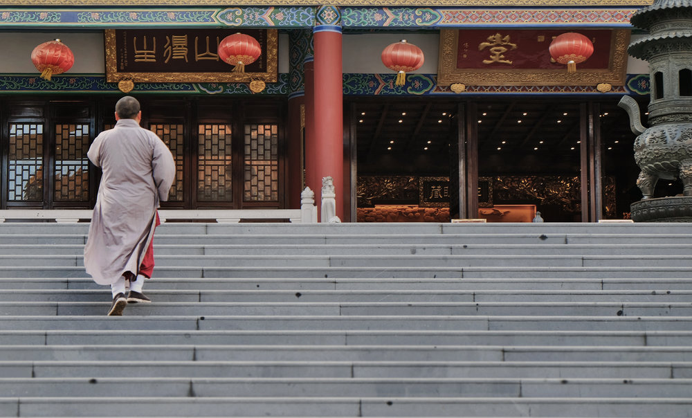 A monk enters Zhuhai Putuo inner temple