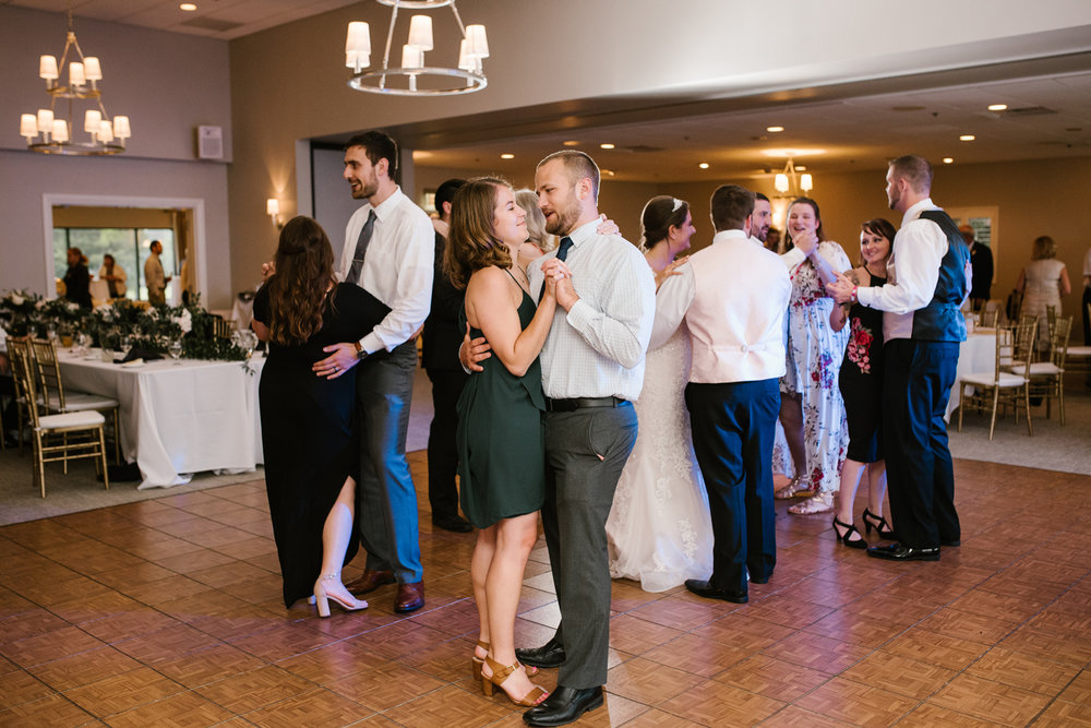 muskegon-country-club-michigan-june-wedding-photography (706).jpg