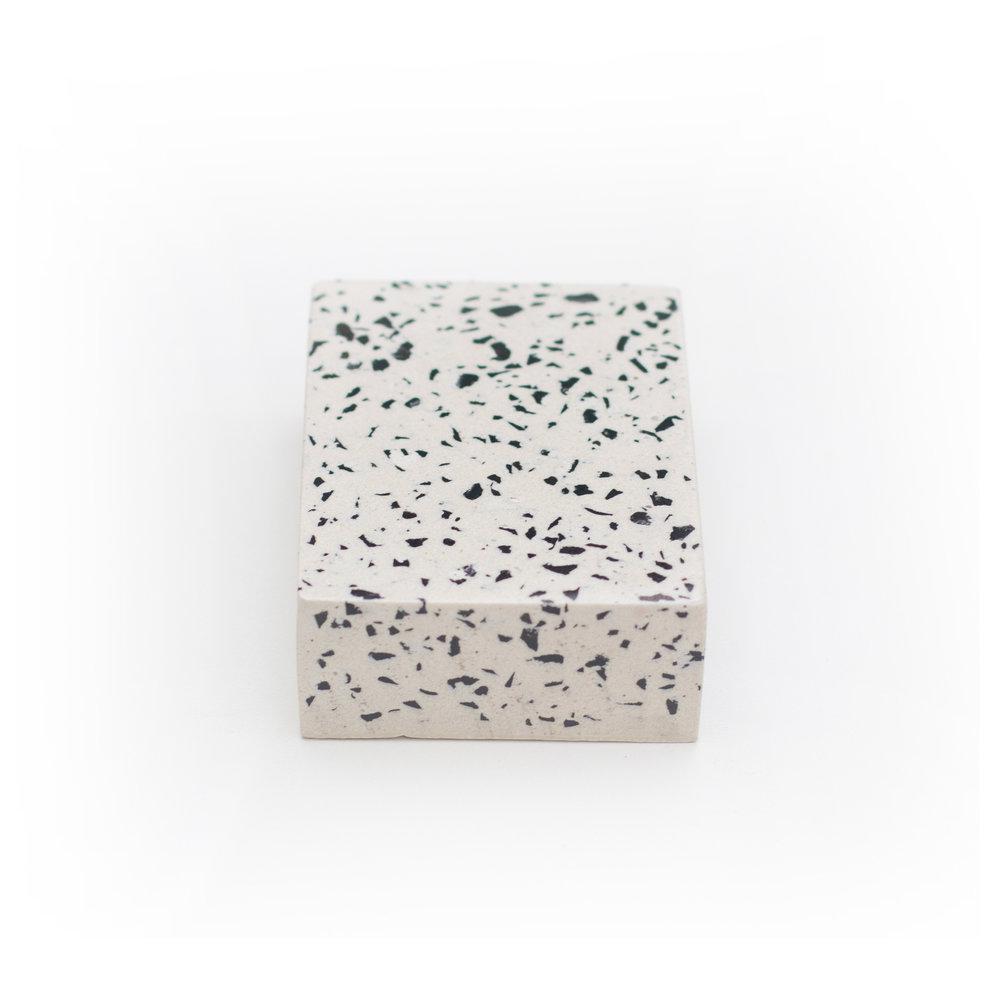 granilite branca com pedras pretas - cod grow01
