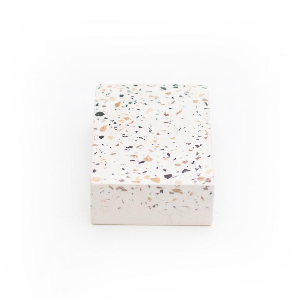 granilite branca com pedras creme, preta e brancas - cod grow02