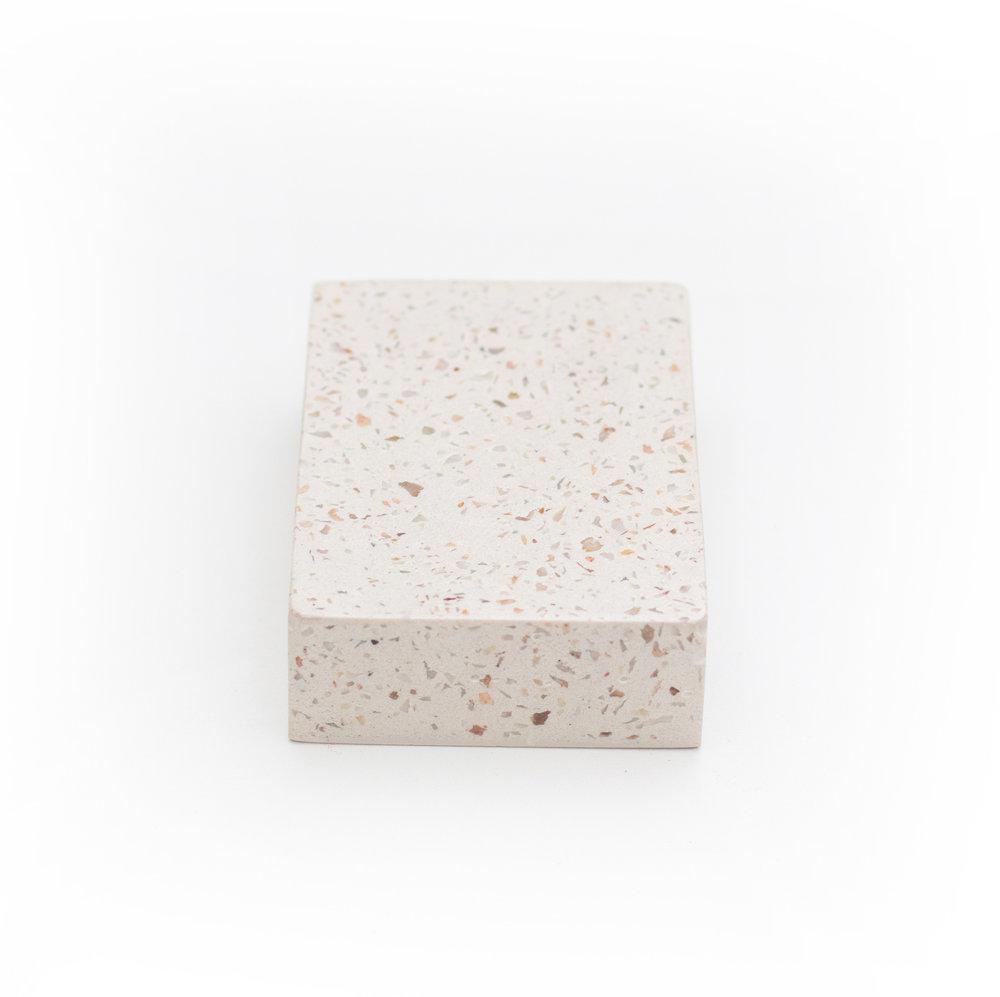 granilite branca com pedras pequenas claras - cod grow04